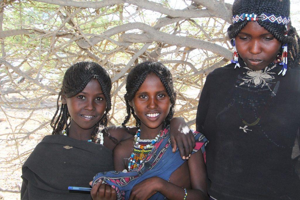 Mädchen in äthiopischer Wüste